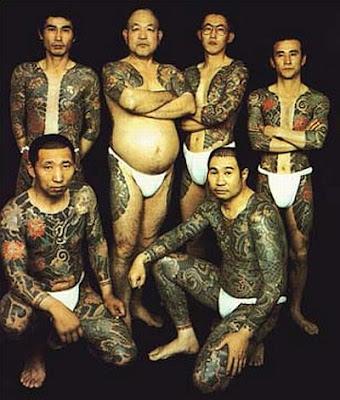 Foto com membros da Yakuza mostrando seus corpos tatuados
