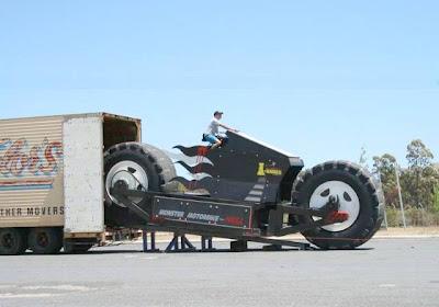 Para ser transportada, a moto necessita de um caminhão.