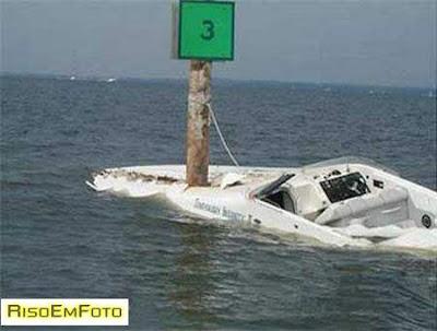 Lancha de competição colide com um poste no meio do mar