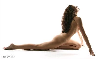 Foto artística com mulher nua.