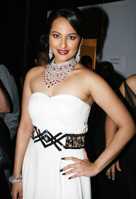 Sonakshi Sinha walks the Ramp for HDIL in a Spicy Sleeveless Gown