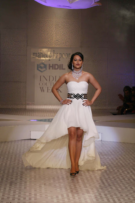 Sonakshi Sinha on Ramp Walk @ Rat HDIL Pics - N/W  Sonakshi-Sinha-On-Ramp-At-HDIL-8