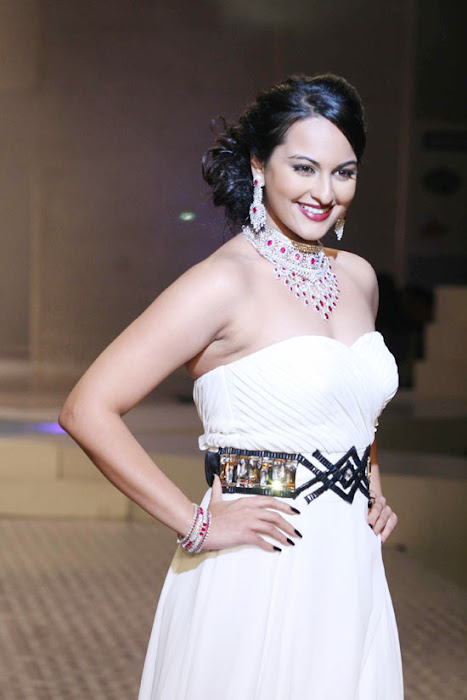 Sonakshi Sinha on Ramp Walk @ Rat HDIL Pics - N/W  Sonakshi-Sinha-On-Ramp-At-HDIL-12