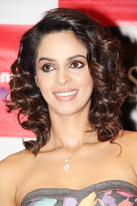 mallika sherawat at reliance trends actress pics
