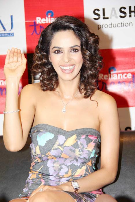 mallika sherawat at reliance trends unseen pics