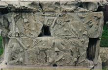 Trofee capturate de romani. Printre alte obiecte se observa si coifuri.