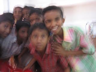 Kuvan pojat eivät ole adoptoituja tai orpoja, vaan intialaisia koululaisia