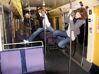 Fotografia da equipa do Consigo pendurada nas barras do Comboio, a caminho da Eurodisney
