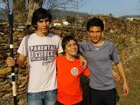 Fotografia de Carla Ferreira com dois colegas da canoagem