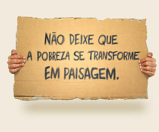 Cartaz a dizer NO DEIXE QUE A POBREZA SE TRANSFORME EM PAISAGEM