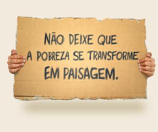 Cartaz a dizer NÃO DEIXE QUE A POBREZA SE TRANSFORME EM PAISAGEM