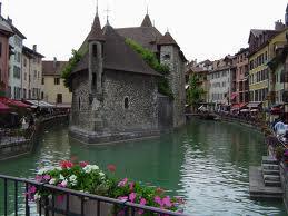 Imagem de Annecy, com casas junto aos canais