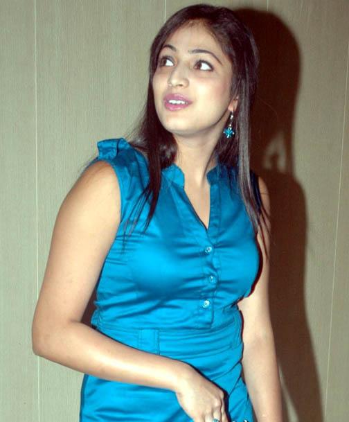 Actress Hari Priya cleavage
