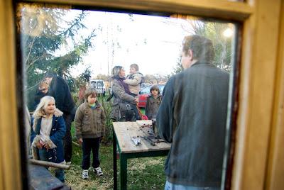 J'ai eu la visite de nombreux enfants, attirés par le feu et les coups de marteau.