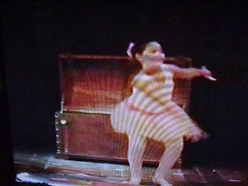 No final clara aparece nun circo e vem de bailarina...