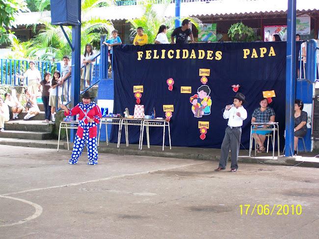 Profa Amelia Ramos y Denilson Salvador deleitando a los papás