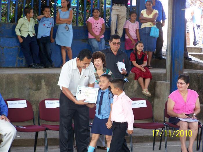Entregando Diplomas a Párvulos