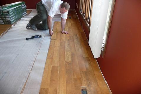 Como colocar un piso laminado en tu casa - Como poner suelo laminado ...