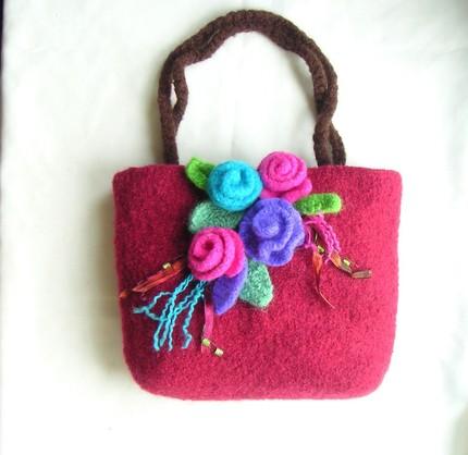 Keçeden Çiçek Süslemeli Çantalar