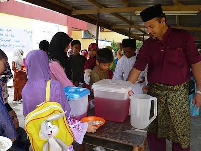 Layan anak-anak buah makan dan minum pada sambutan Maulidur Rasul SKBP ...
