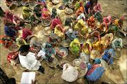 """Un grupo de mujeres """"ficha"""" antes de empezar a trabajar en el pueblo de Bharma en India"""