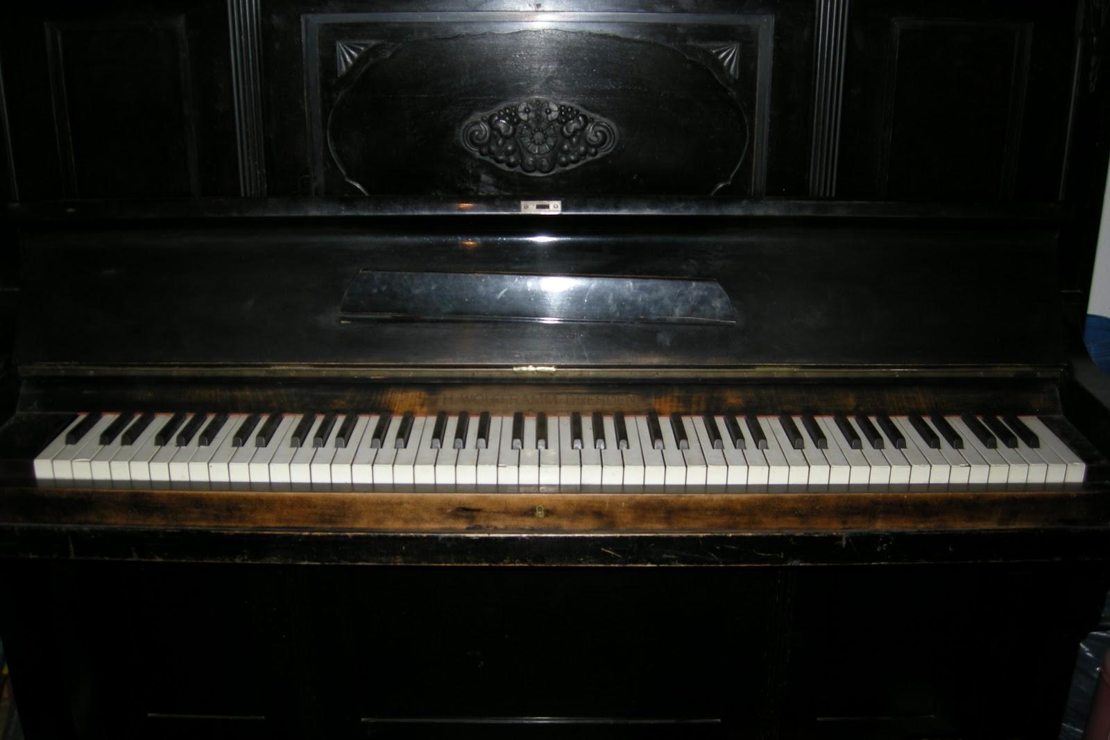 vanzari diverse tecuci pianina pret 2000 euro. Black Bedroom Furniture Sets. Home Design Ideas