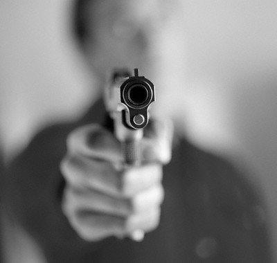 http://3.bp.blogspot.com/_7suGgj2SvCI/TQgWZC48TBI/AAAAAAAAKTI/oqBWr5hHwLc/s1600/pistola-apuntando.jpg