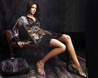 an Miss India Priyanka Chopra Golden Bikini Pictures from Dostana Movie,