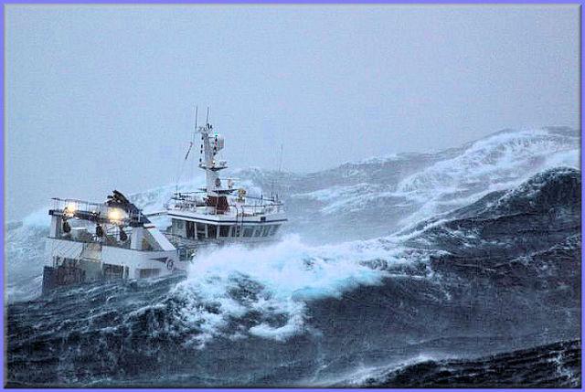 صور معة لسفينة في وسط العاصفة Ship_in_a_storm_07