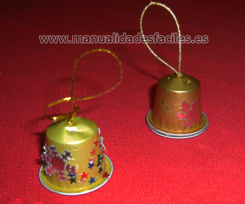 Manualidades con capsulas de nespresso campanas de - Manualidades para decorar el arbol de navidad ...