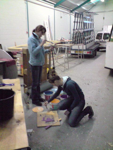Mandy en Francesca verfen de pijl