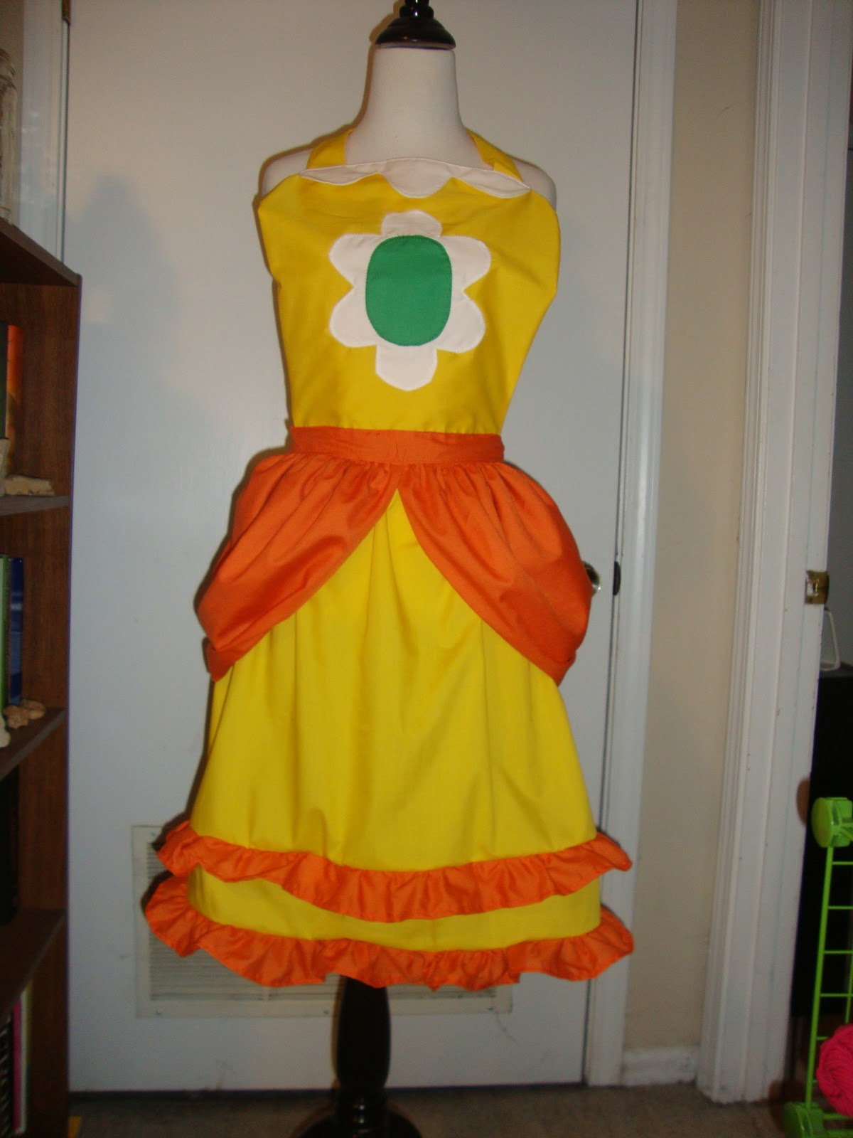 1ba6aa6c297 Bethany Sew-and-Sew  Pretty as a Daisy--A seriously cute princess apron