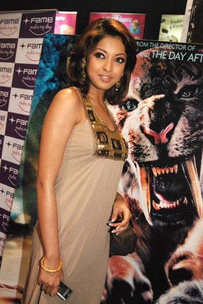 Indian Actress Tanu Shree Dutta Nipple Slip - YouTube