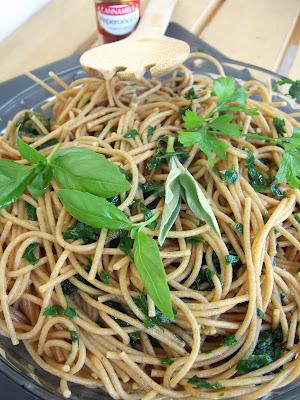 spaghetti integrali con salvia, prezzemolo e basilico