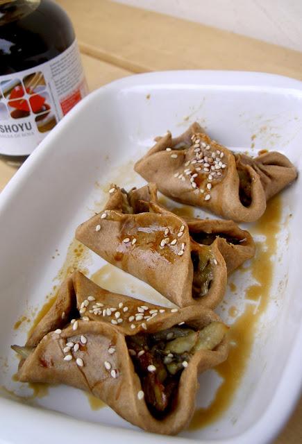 fagottini di farina di farro ripieni di carciofo e salsa di soia