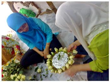 Kak Nah tgh prepare bunga rose skeliling 'par'