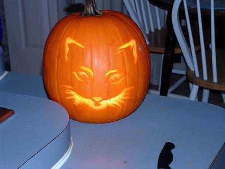 Calabaza de halloween iluminada con carita de gato - Como hacer calabaza halloween ...