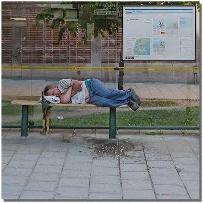 Den här mannen låg på bänken i minst sex timmar.