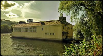 Det flutande badhuset vid Liljeholmen.