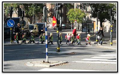 Barn som går över gatan.
