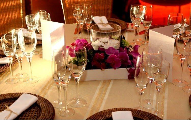 decoracao casamento mesa convidados:Mais um arranjo baixo, este com velas entre as flores. Observe que