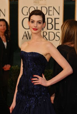 red nails anne hathaway golden globes Golden Globe Nail Watch   Red &amp; Vampy Ladies