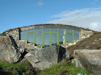 Ellergy down to earth 10 modern earth sheltered homes for Earth berm homes