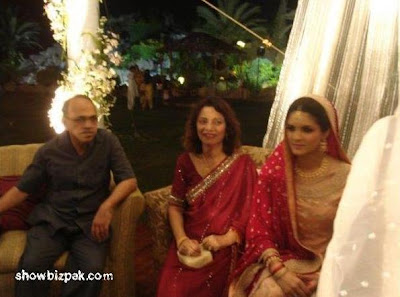 Junaid Jamshed with His Family http://www.showbizpakblog.com/2009/05/shehzad-roy-wedding.html