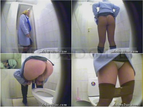 skritaya-kamera-speredi-v-zhenskom-tualete