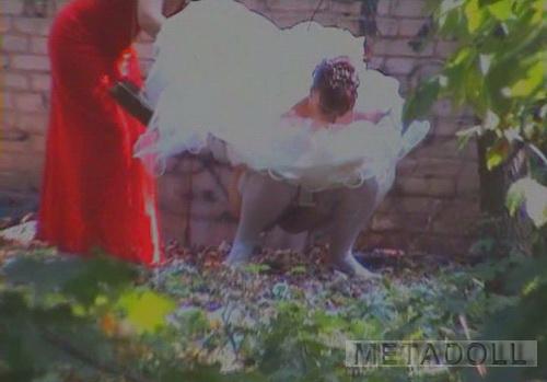 служащая писающие невесты на улице онлайн этой