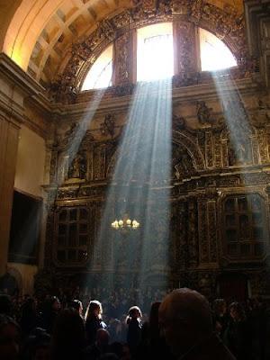 Luz entrando por um vitral