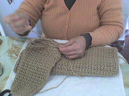 cociendo manga   con aguja y lana , primero la presentamos