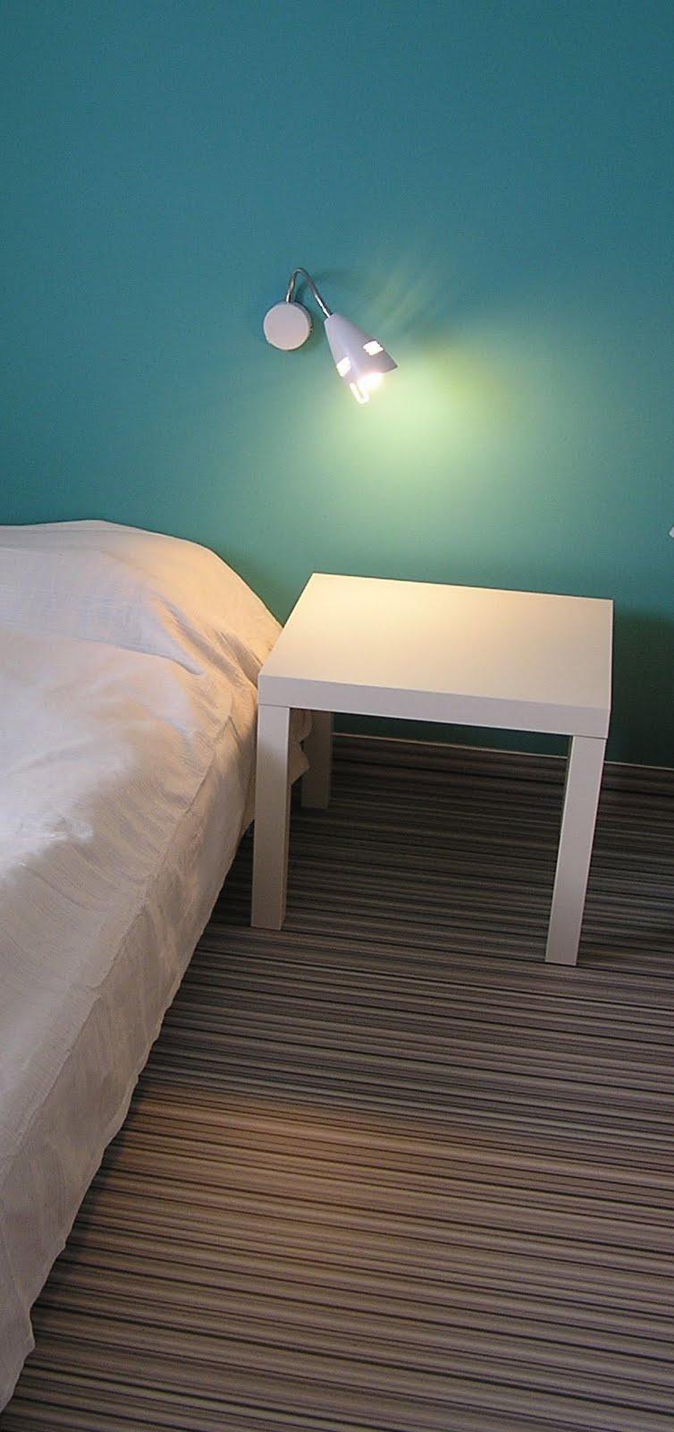 Fallow Dżoana: biała sypialnia z turkusową ścianą
