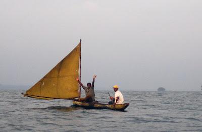 Pescadores en el Estuario del Río Muni, Kogo, Guinea Ecuatorial, en un cayuco con vela